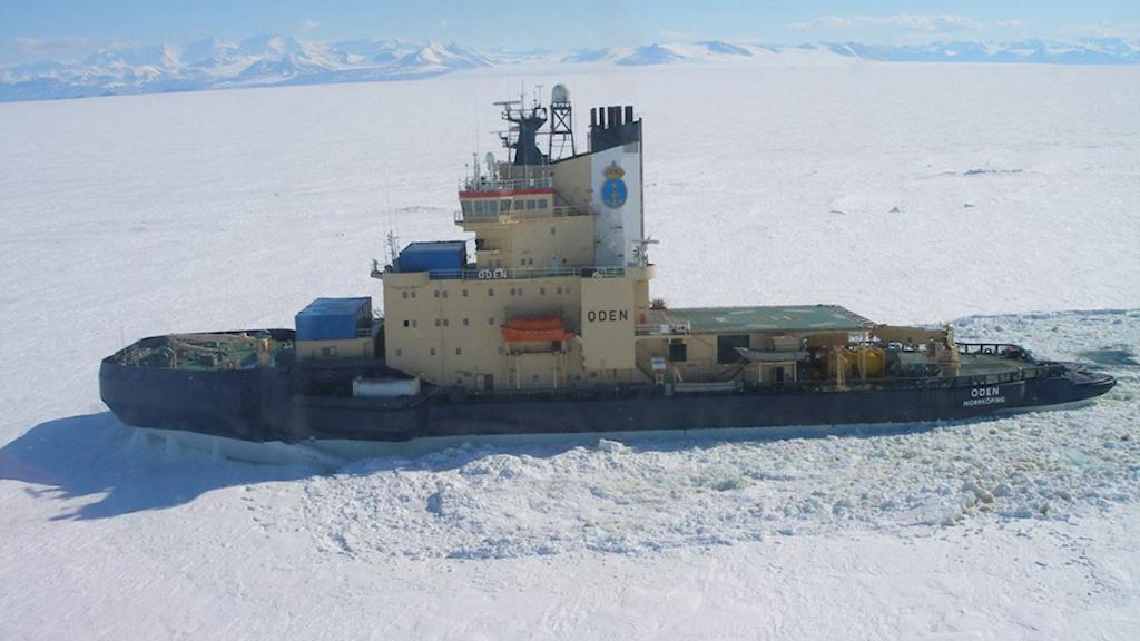 Isbrytaren Oden vid McMurdo. Foto: Sjöfartsverket