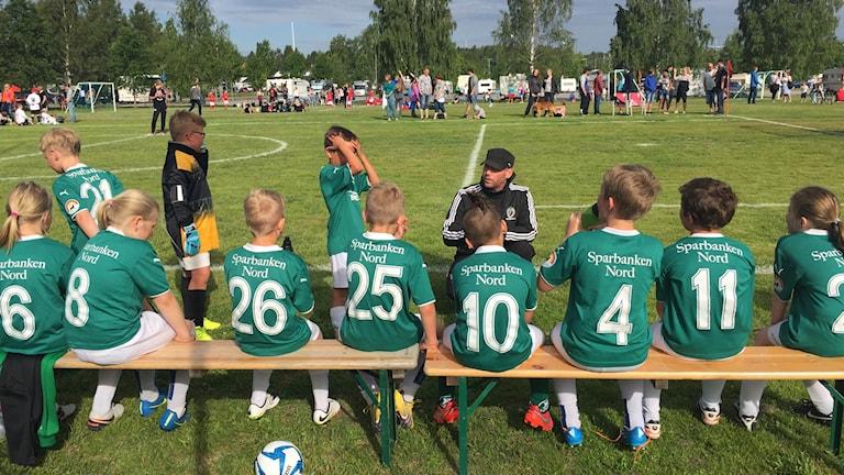 9-åringarna i Älvsby IF instrueras av tränaren Johan Jonsson.