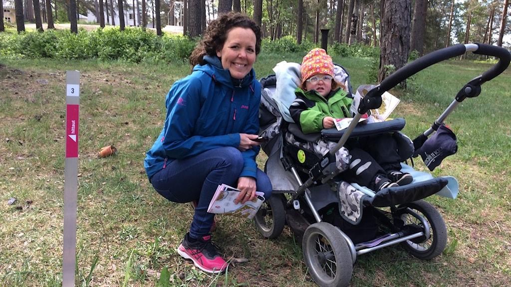 Maria Holmberg och dottern Doris. Till vänster den pinne som visar att man kommit till rätt plats.
