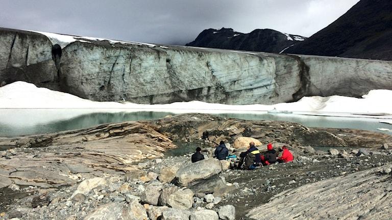Glaciärbesökare framför Salajekna.