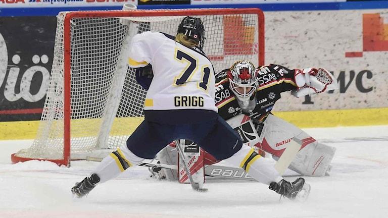HV 71:s Lindsay Grigg lägger straff mot Luleå Hockey/MSSK:s målvakt Maria Omberg.