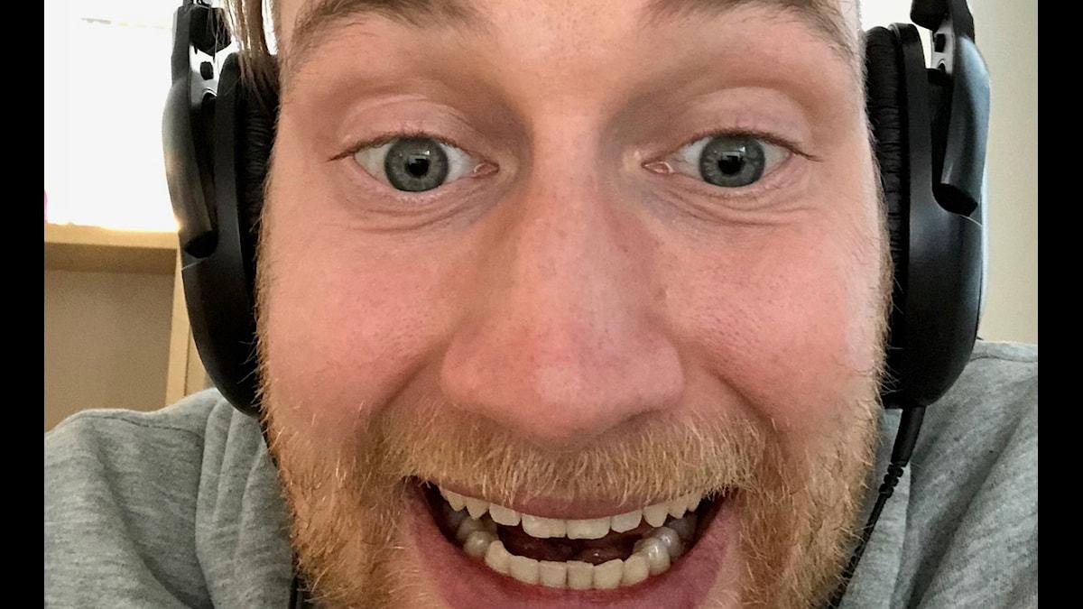 Timo Laine läikuvassa kuulokkeet päässä. Kuva: Timo Laine/SR Sisuradio