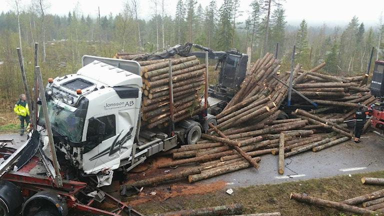 Timmerbilar i kollision mellan Fågelsjö och Los.