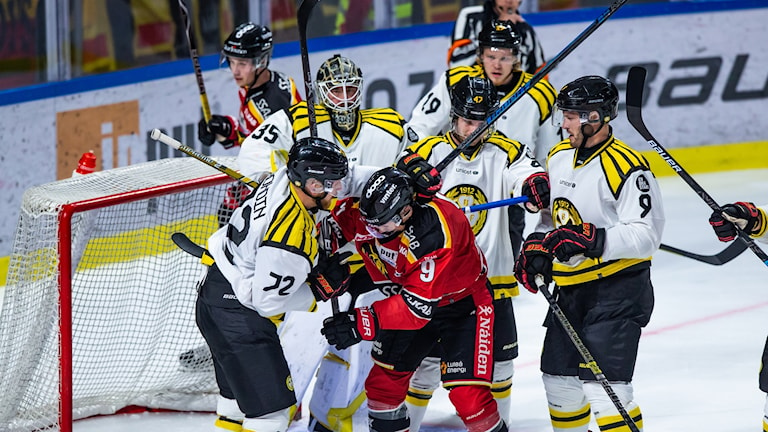 Brunässpelare omringar Luleåspelare framför Brynäs mål.