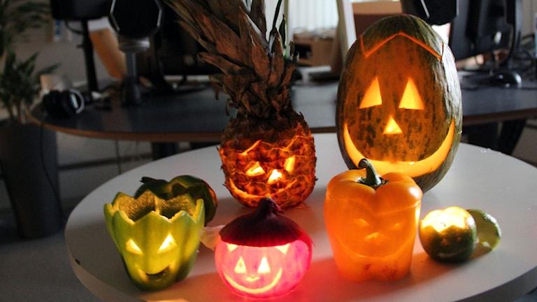Alternativa Halloween-lyktor i form av frukt och grönt.