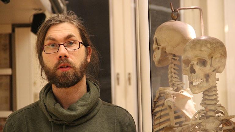 Jag tycker att vi bör behålla skelettet och behandla det värdigt, säger Peter Perskull, lärare i biologi och naturkunskap på Vasaskolan i Gävle. Bakom det äkta skelettet syns ett plastskelett