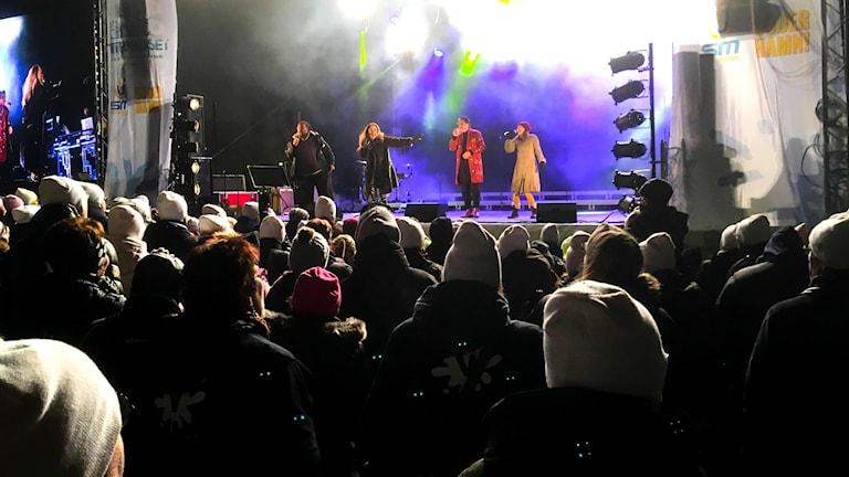 Anna Sahlene framförde We are one med hjälp av  invigningen tillsammans med André de Land, Rostam Mirlashari, Martina Sahlin och en stor kör, fler än 100 sångare.