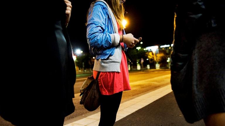 En grupp ungdomar på kvällen