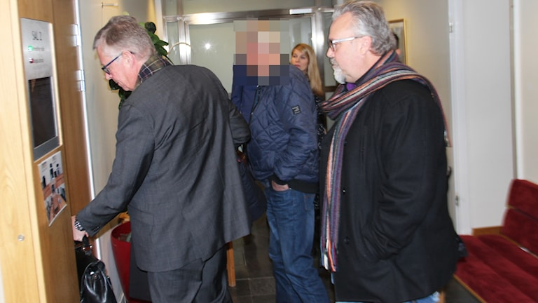 Advokaten Anders Grahn och Bosse Hedin går in i rättsalen i Seko-härvan.