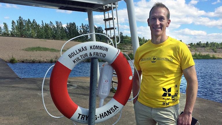 Björn Lans, anläggningschef vid Bollnäs Sporthall, vid den nya bojen som man satt ut.