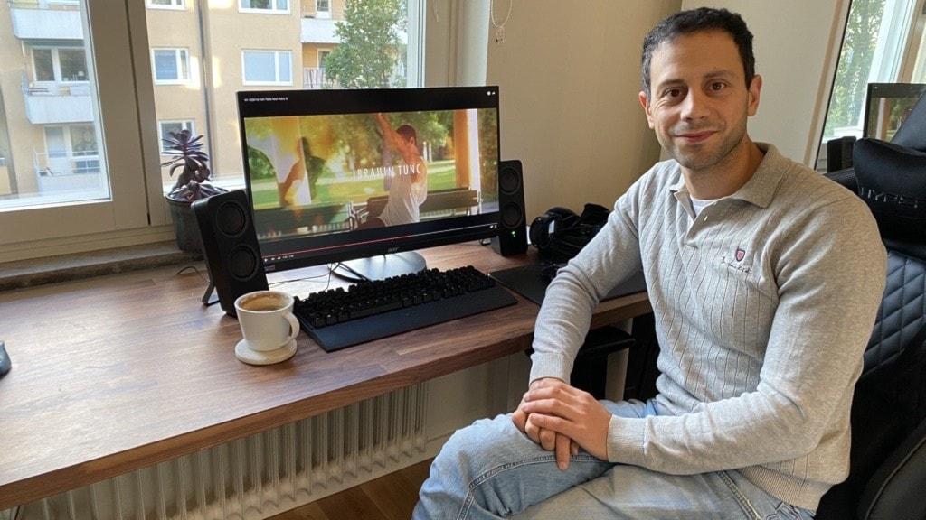 En man som sitter framför en datorskärm.