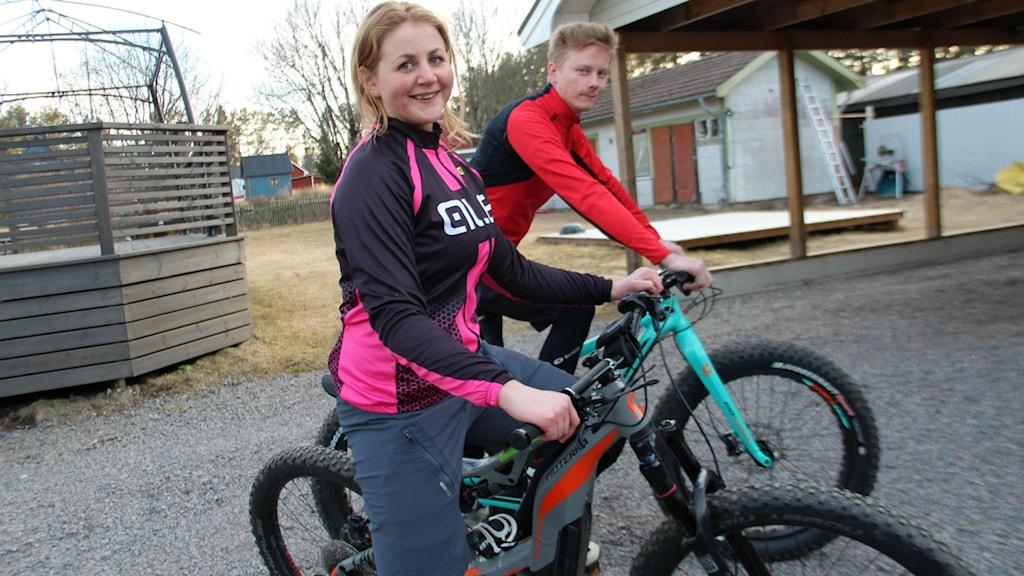 Stina Wallgren från Söderhamn passade på att testa en mountainbike med eldrivning. Här med pojkvännen Pär Norgren.