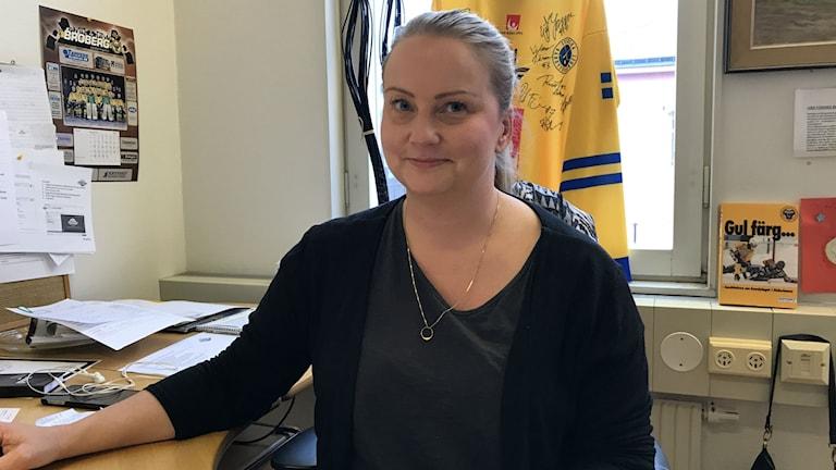 Broberg går en kamp mot tiden för att få is till premiären mot Tillberga/Västerås säger marknadsansvariga Maria Hammarlund.