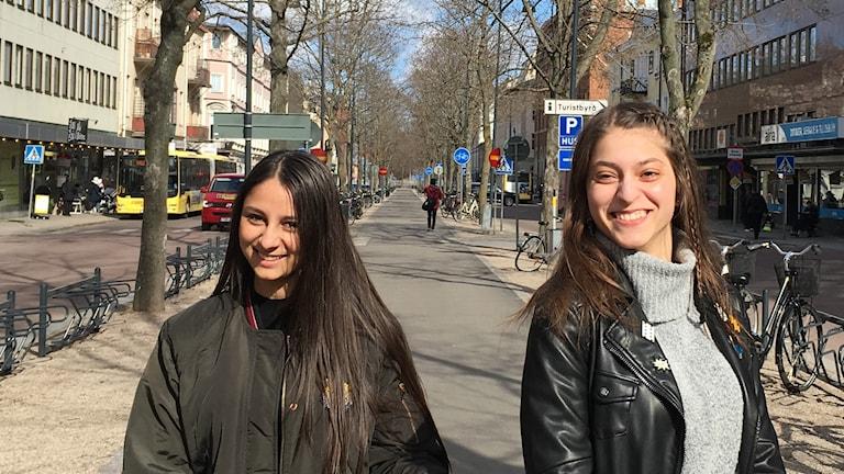 Man borde undervisa mer om romernas historia i skolan, tycker Sandra Bajrami, 17 år, och Demila Kalic, 15 år.