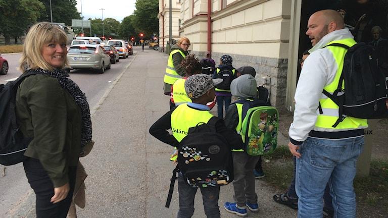 Rektor Anci Rehn tillsammans med några av barnen som går i den vandrande skolbussen från Nordost till Solängsskolan.