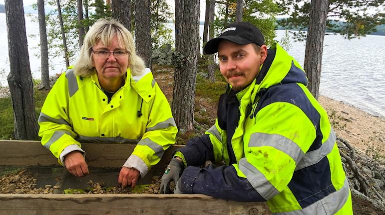 Arkeologer arbetar med att rädda gravarna.