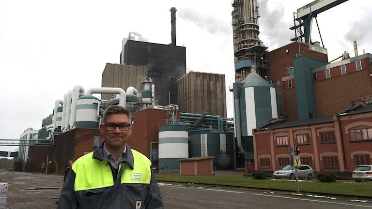På 20 år har utsläppen av fossilt koldioxid minskat med 99 procent, berättar Henrik Holm, produktionschef på Skutskärs Bruk.