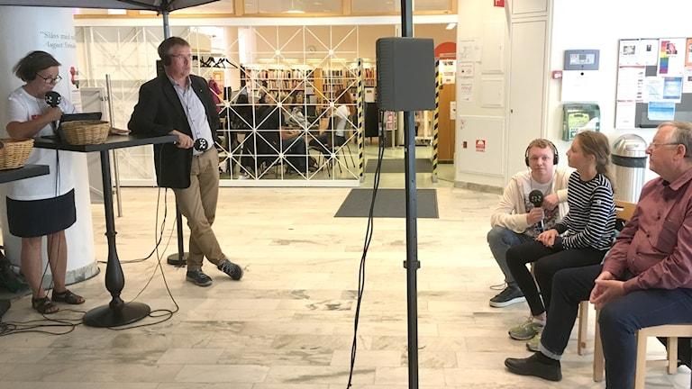 Sigrid Nweberg och Björn Jonsson kom till biblioteket i Hudiksvall för att lyssna på diskussionen mellan Caroline Schmidt (C) och Mikael Löthstam (S). De passade också på att ställa frågor till politikerna.