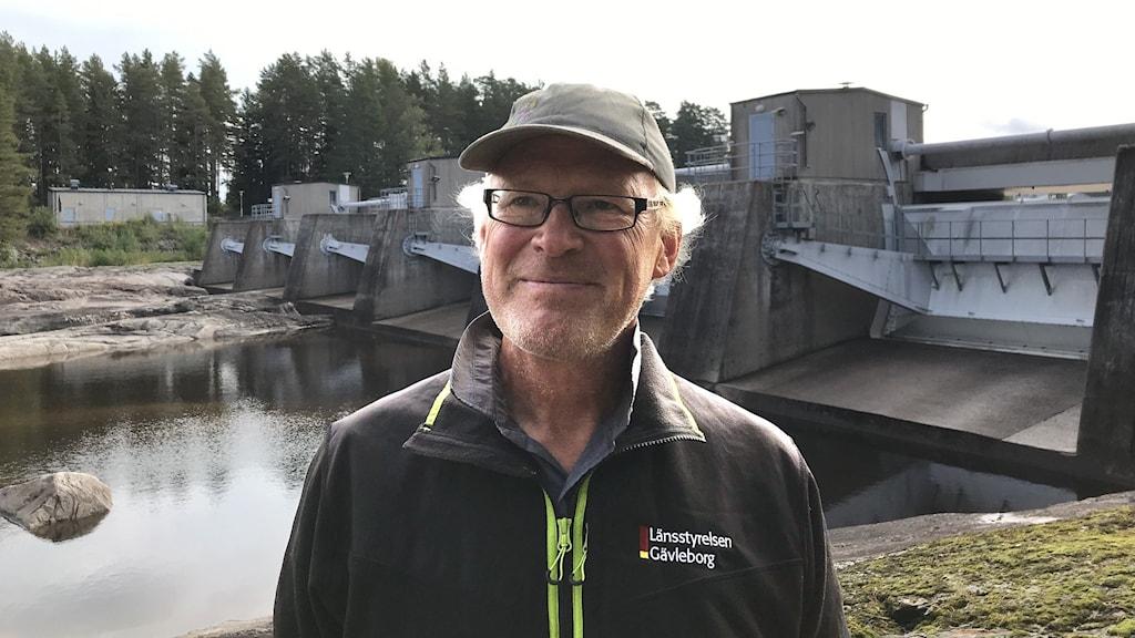 Kalle Gullberg framför dammluckor i Älvkarleby.
