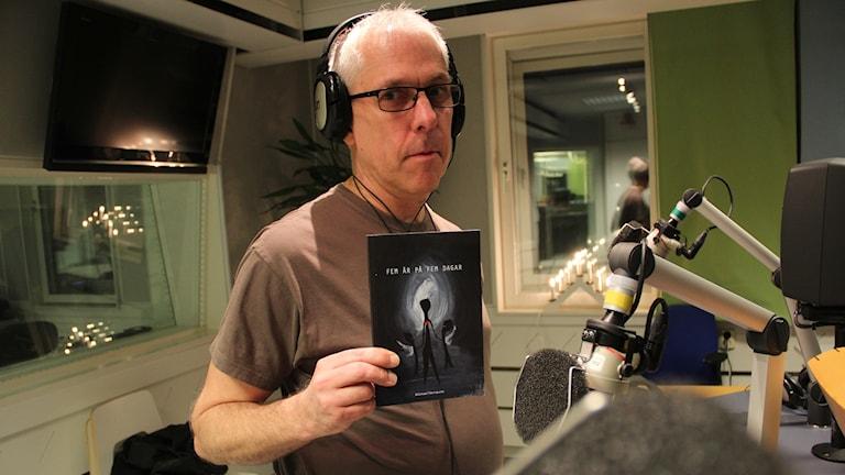 "Michael Fernquist med sin bok ""Fem år på fem dagar"""