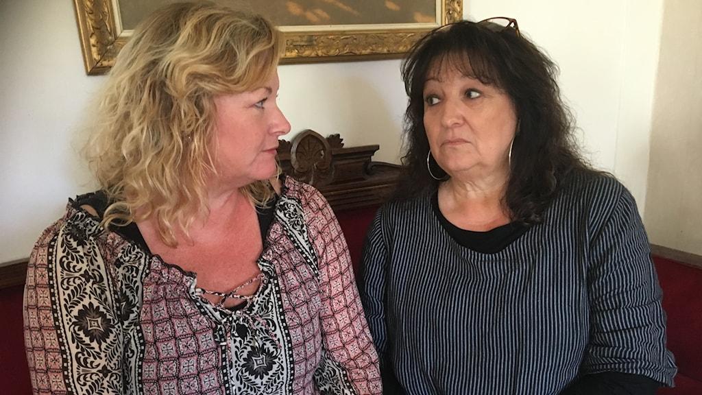 Hélène och Annica Westelius är besvikna hur deras pappa fick tillbringa timmar efter länets vägar när han slussades fram och tillbaks mellan sjukhusen i Bollnäs och Gävle utan att få hjälp.