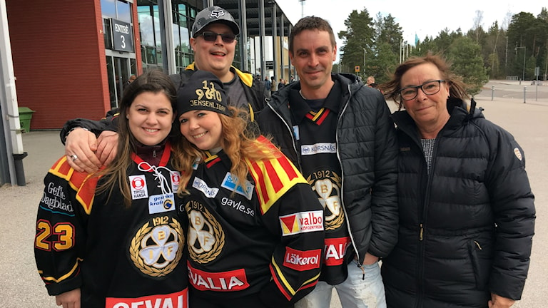 Några av Brynäs trognaste fans. Elin Maria Fernandes och Nettan Örnblom, längst fram. Och bakom Daniel Lehtinen, Magnus Hansson och Gittan Hansson.