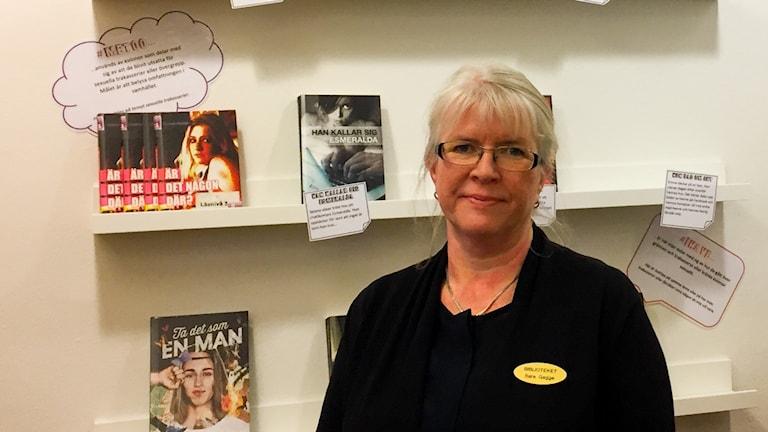 Bibliotekarien Sara Gagge framför #metoo-väggen