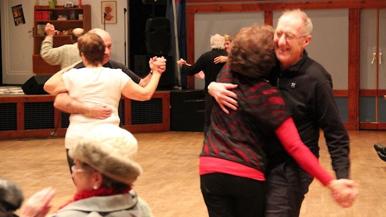 Personer som är glada och dansar