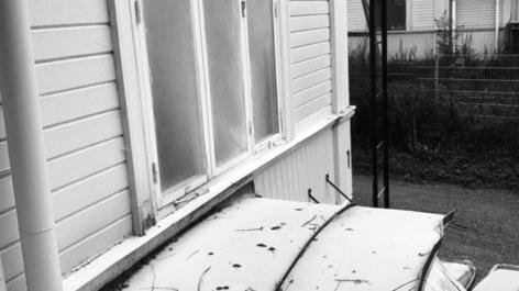 Någon har sprutat med en pulversläckare på fasaden och fönster och in genom ett öppet vädringsfönster.