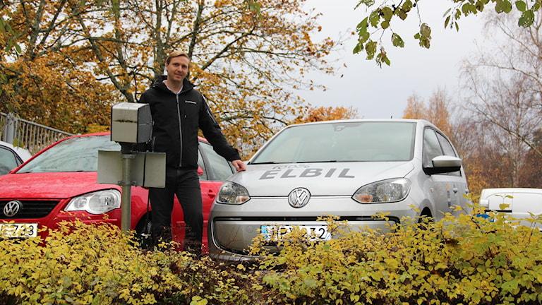 Lars Asplund, enhetschef på Hemtjänst Sätra, väntar ivrigt på en riktig laddstolpe. Att använda motorvärmaruttaget fungerar inte för hemtjänsten, säger han.