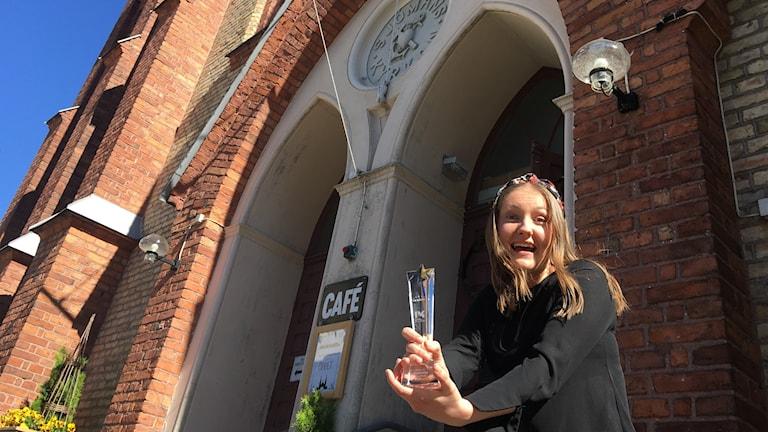 Julia Pärssinen håller i vinstpokalen.