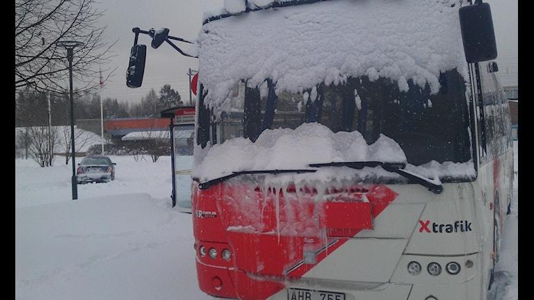 Busstrafiken har haft problem det senaste dygnet men rullade vid lunchtid på lördagen. Foto: Christian Höijer/Sveriges Radio
