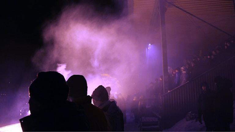 Brobergsklacken Seahawks och Bollnäs dito Flames utlovar tifon ikväll. Foto: Christian Höijer/Sveriges Radio