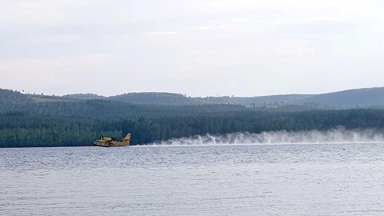 Det italienska brandflyget hämtar vatten i Ramsjö.