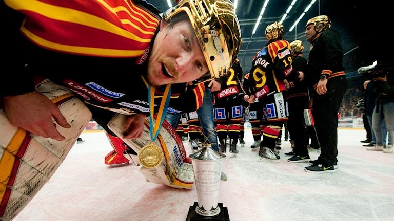 "Johan ""Honken"" Holmqvist firar SM-guldet 2012. Foto: Pontus Lundahl / Scanpix"