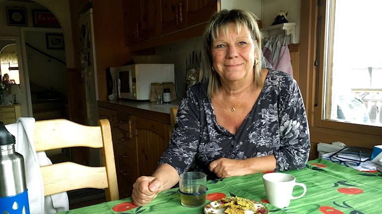 Anita Gustavsson läser just nu en folkhögskolekurs om läkeväxter. Framför sig har hon te, måltidsdryck och kex med nässlor i.