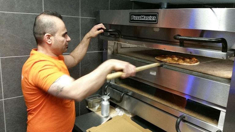 Hamza Husseinhoppas att kunderna hittar tillbaka efterbrandattentatet mot hans restaurang.