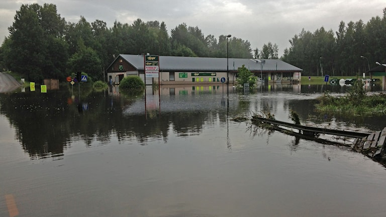 Morgonen efter översvämningen i Söderhamn så är läget i Vågbro fortsat allvarligt. Foto:Martin Svensson/Sveriges Radio