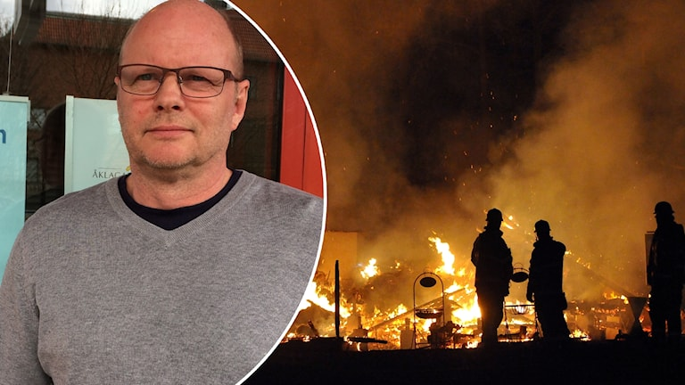 Man i grå tröja och glasögon. Brandmän släcker en brand.
