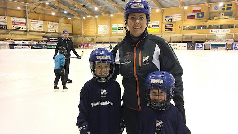 Madeleine Karlström är ledare för flickbandyn i Edsbyn där hennes två döttrar Lovisa och Lilly är med och tränar.