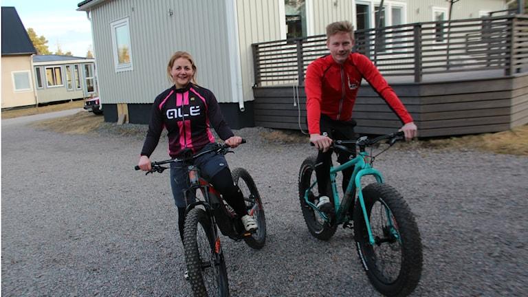Terrängcyklar med riktigt breda däck har blivit allt vanligare. Pär Norgren från Söderhamn har skaffat en. Flickvännen Stina Wallgren kör mountainbike.
