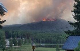 Branden rasar på berget några hundra meter väster om Enskogen.