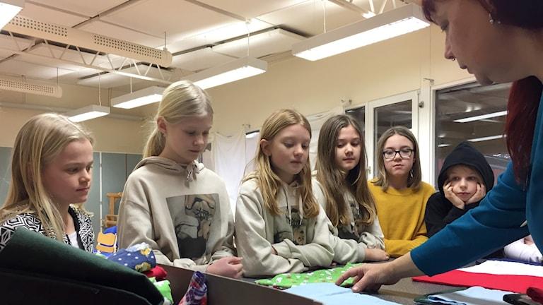 På Fridhemsskolan i Gävle syr tygpåsar till fladdermöss som har blivit föräldralösa efter bränderna i Australien.