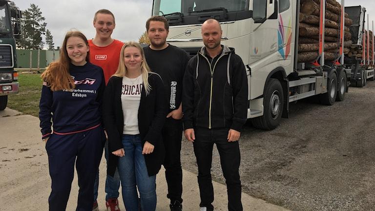 Emilia Ingeroth, Hampus Sellgren, Elin Lindblom och Dennis Svensson går tredje och sista året på fordon- och transportprogrammet på Staffangymnasiet i Söderhamn. Daniel Johansson är programansvarig.