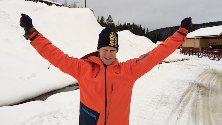 Peter Augustsson jublar över all snö i Järvsöbacken.