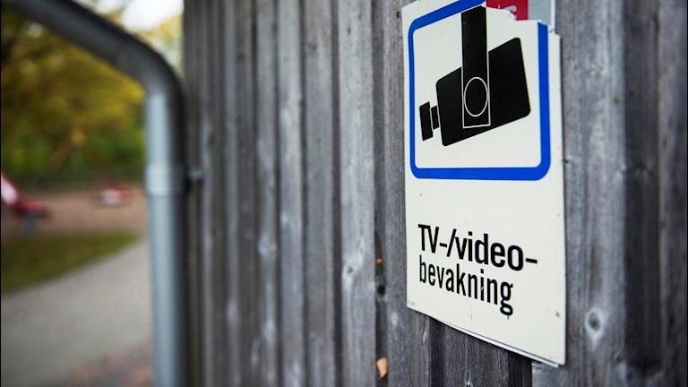 Anslag på husvägg om TV-/videobevakning.