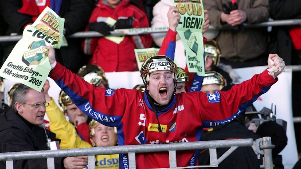 Edsbyn blev svenska mästare i bandy 2005 efter seger mot SAIK med 6-3. Här en jublande Fredrik Åström.