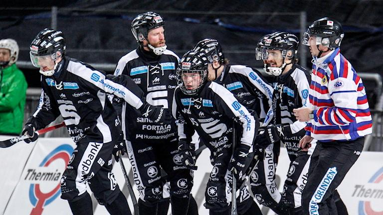 Sandvikens Erik Pettersson, tredje från vänster, hyllas sedan han gjort 2-0 i SM-finalen i bandy. Foto: Pernilla Wahlman / TT