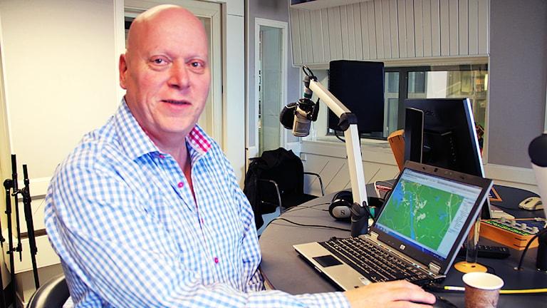 Trafikreporter Lasse Lindell sitter redo att svara på era frågor om påsktrafiken. Foto: Linn Fogelberg/Sveriges Radio