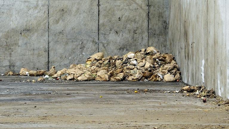 Bruna soppåsar i ett hörn av Gästrike Ekogas biogasanläggning i Forsbacka.